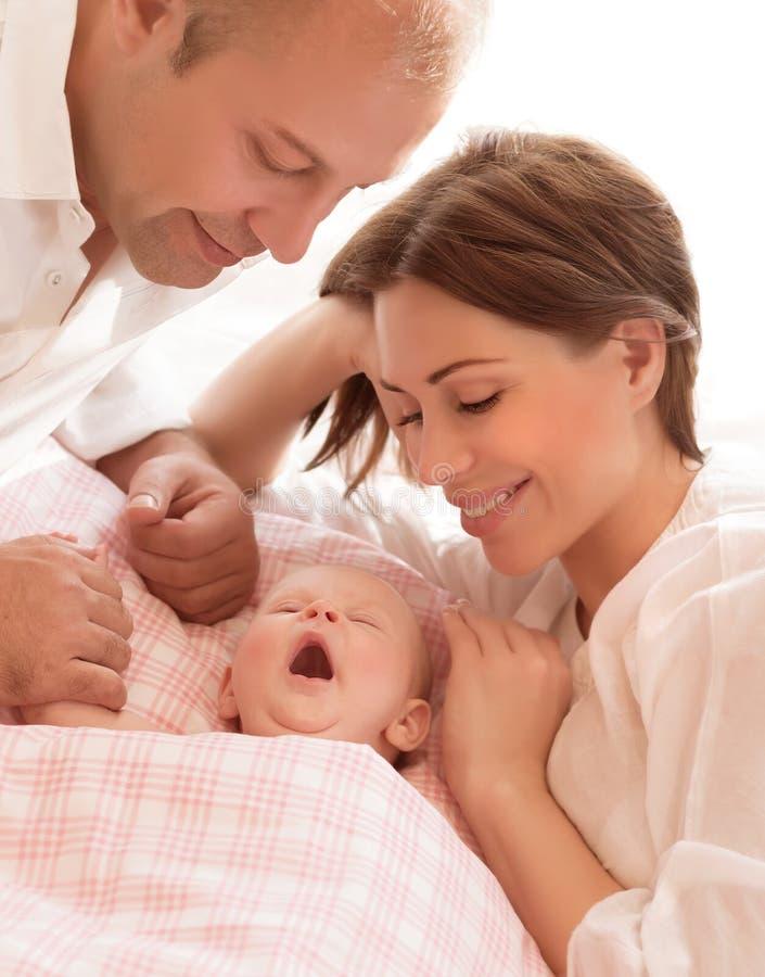 Newborn младенец с родителями стоковое изображение rf