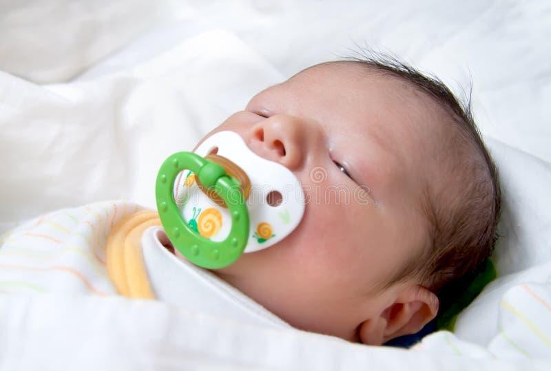 Newborn младенец с спать Pacifier стоковая фотография