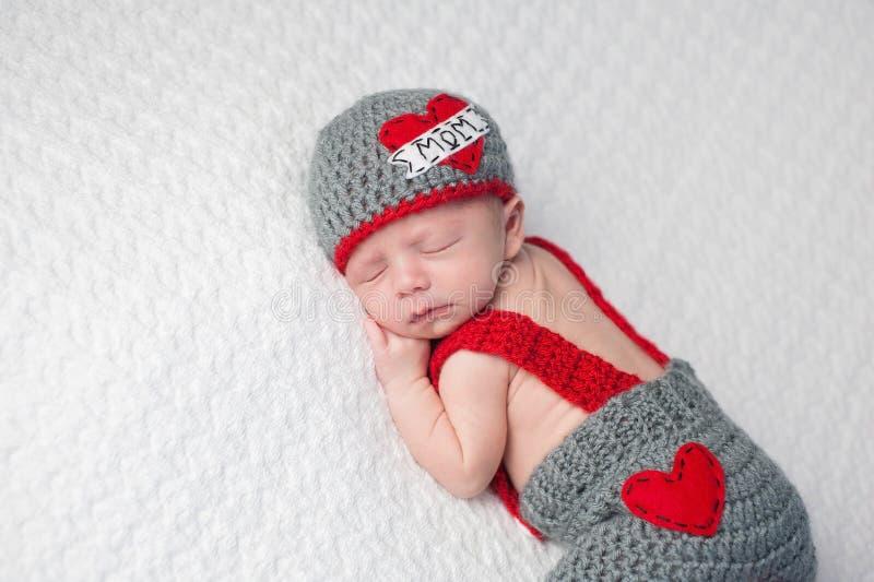 Newborn ребёнок нося a стоковая фотография