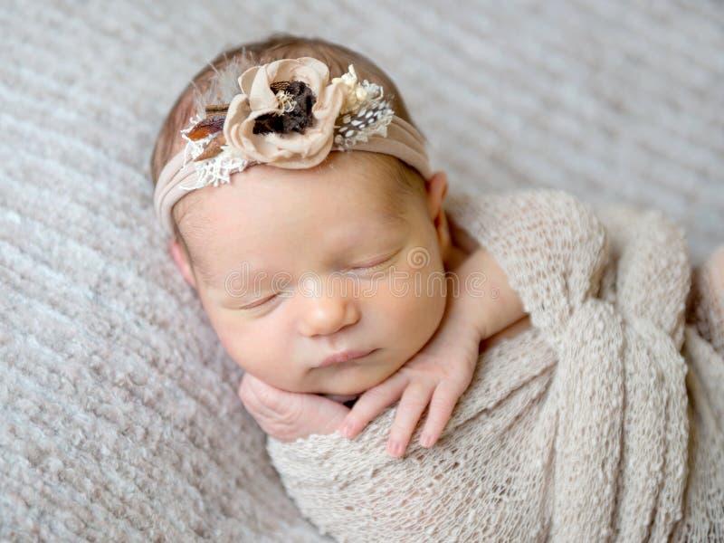 Newborn ребёнок swaddled в обруче стоковое фото rf