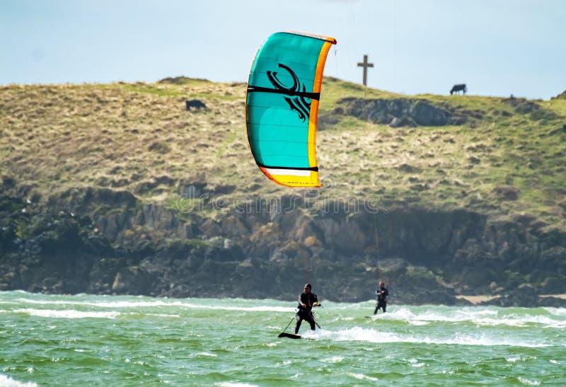 Newborough, Wales - April 26 2018: Vliegervlieger die bij Newborough-strand - Wales surfen - het UK stock foto's