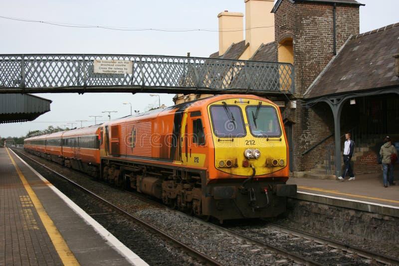 Newbridge-Station, Irland im April 2008 ein Zugverkehr Iarnrod Eireann lizenzfreie stockfotos