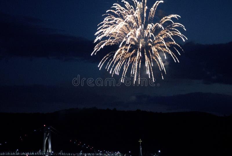 Newburgh/Bakenbrug bij nacht met vuurwerk bij NY van de hudsonrivier royalty-vrije stock fotografie