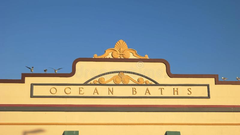 NEWCASTLE, AUSTRALIA KWIECIEŃ, 3, 2016 zakończenie w górę zewnętrznej fasady ocean kąpać się w Newcastle obraz royalty free