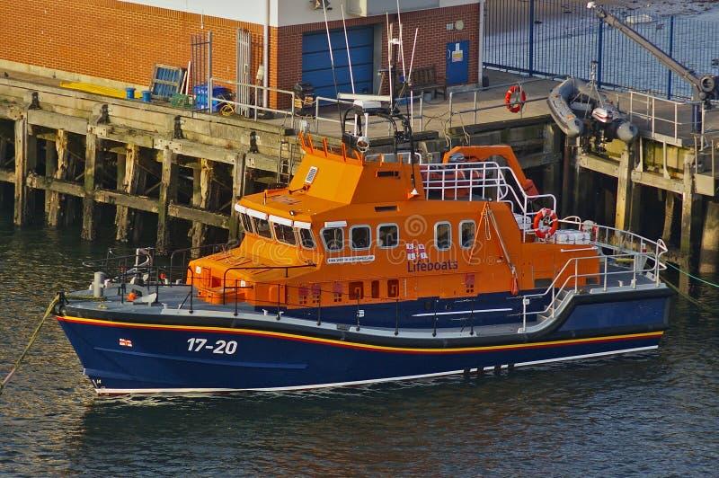 Newcastle, het Verenigd Koninkrijk - Oktober vijfde, 2014 - RNLI-reddingsboot 17-20 Geest van Northumberland bij haar meertrossen stock fotografie