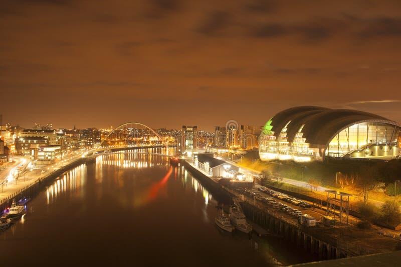 Newcastle-Kaianlagen nachts stockfotografie