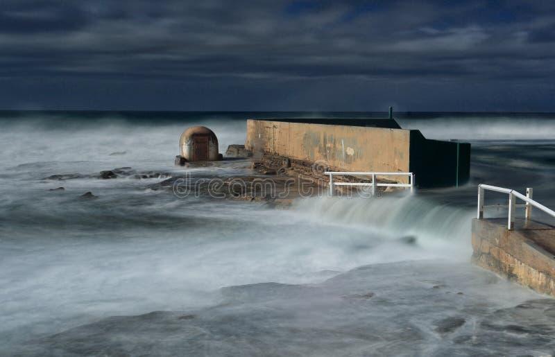 Newcastle oceanu skąpania podwodni w wielkim pęcznieniu fotografia royalty free