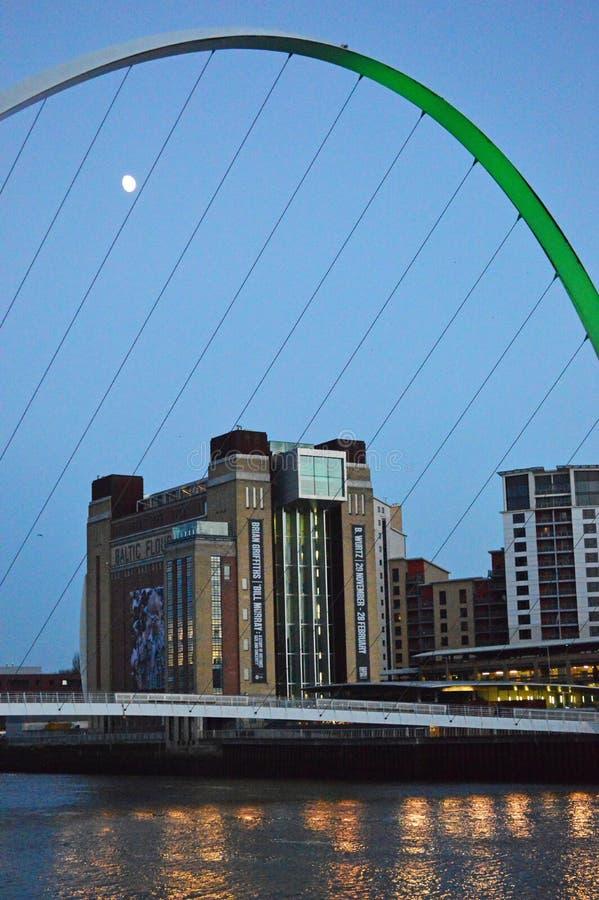 Newcastle och River Tyne på skymning royaltyfria foton