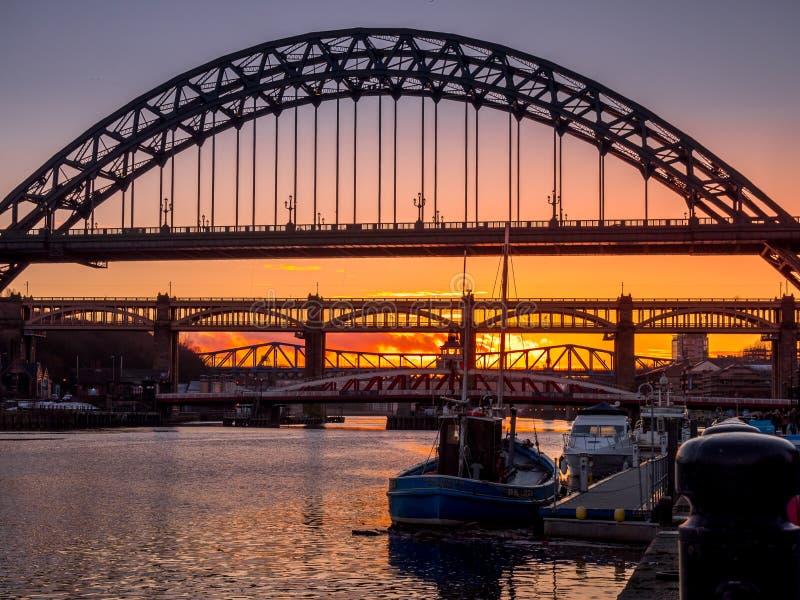 NEWCASTLE OP DE TYNE, DE TYNE EN WEAR/UK - 20 JANUARI: Zonsondergang over stock foto's