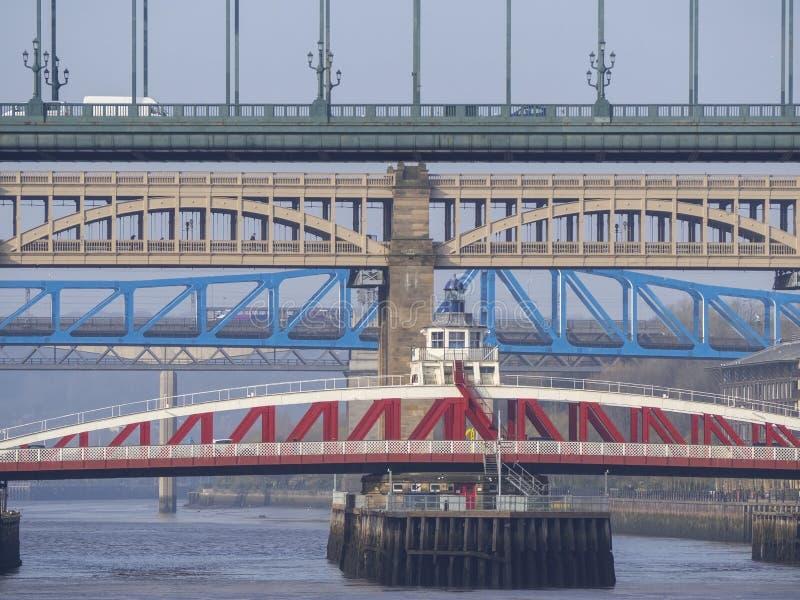 Newcastle op de Tyne, Engeland, het Verenigd Koninkrijk De bruggen over de rivier de Tyne op verschillende niveaus stock foto's