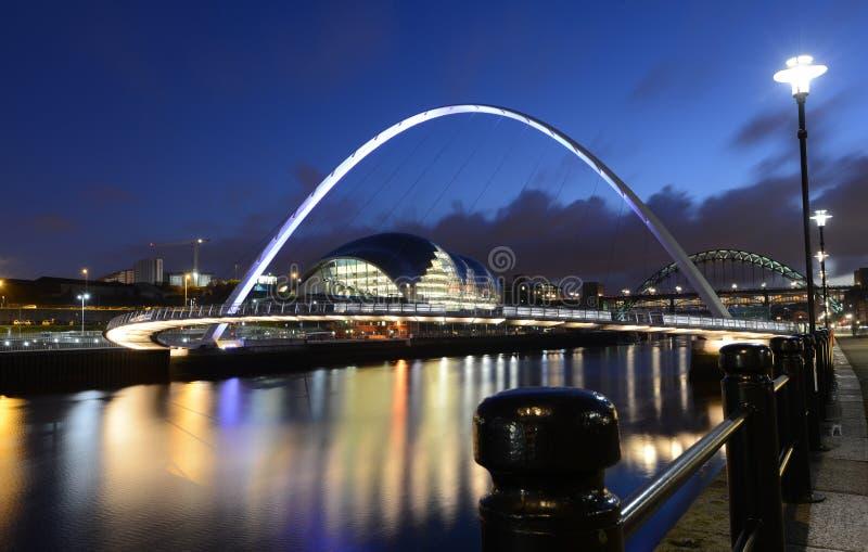 Newcastle på Tynes kaj på natten arkivbild