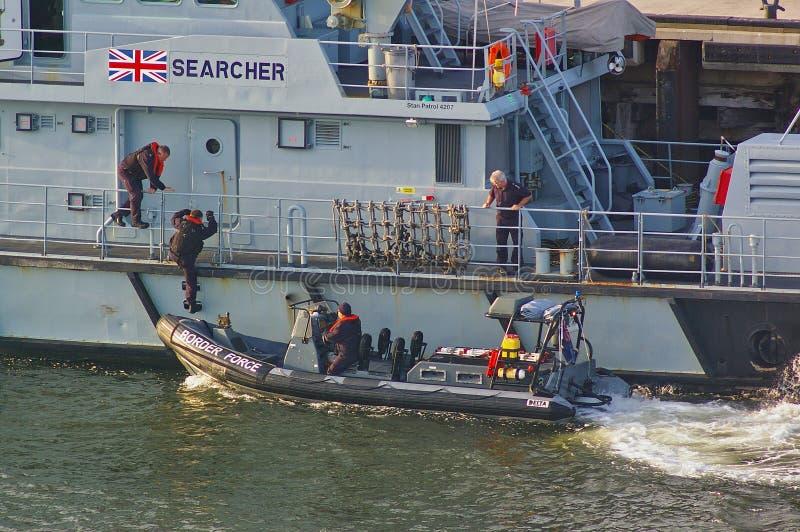 Newcastle, Royaume-Uni - 5 octobre 2014 - force BRITANNIQUE de frontière commande monter à bord d'une vedette de NERVURE à côté d photographie stock libre de droits