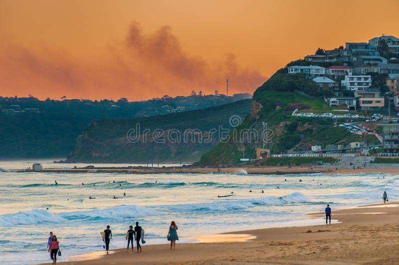 Newcastle strand Australien på solnedgången Newcastle är äldsta staden för Australien ` s den i andra hand fotografering för bildbyråer