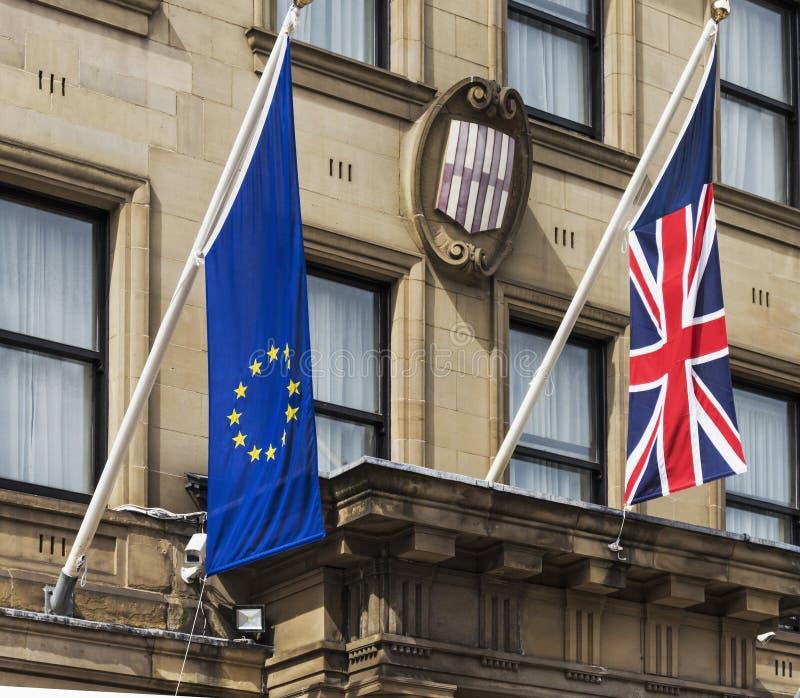 Newcastle/UK 8月05日2016欧洲和英国国旗旗子垂悬  库存图片