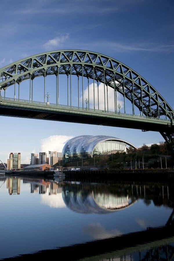Newcastle y Gateshead, Reino Unido, noviembre de 2012, una opinión Tyne Bridge sobre el río Tyne con el puente del milenio de Gat imagenes de archivo