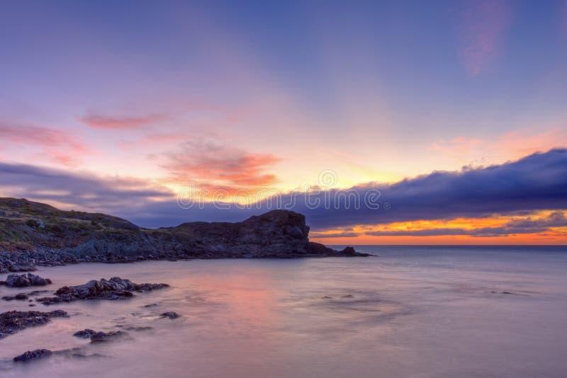Newfoundland och labradorkustlinje på soluppgång arkivfoton