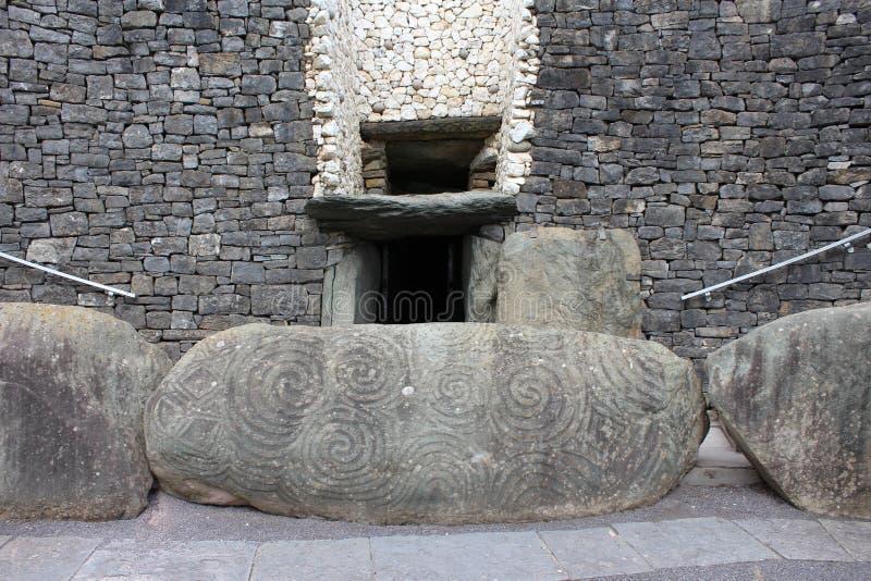 Newgrange ingång - ståndsmässiga Meath, Irland royaltyfria bilder