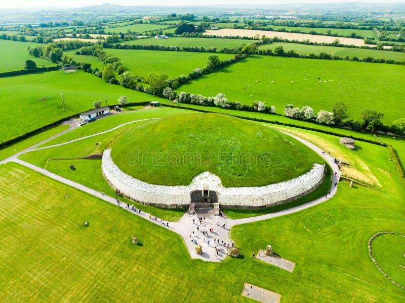 Newgrange, un monumento prehist?rico construido durante el per?odo neol?tico, situado en el condado Meath, Irlanda Sitio del patr fotografía de archivo libre de regalías