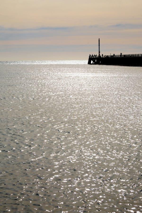 Newhaven schronienie Quay w błyszczenia morzu zdjęcia stock