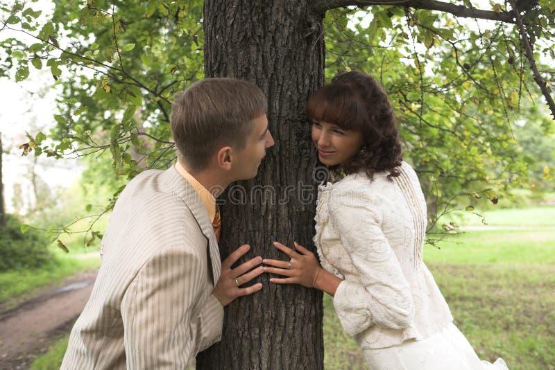newlyweds περίπατος στοκ φωτογραφίες με δικαίωμα ελεύθερης χρήσης