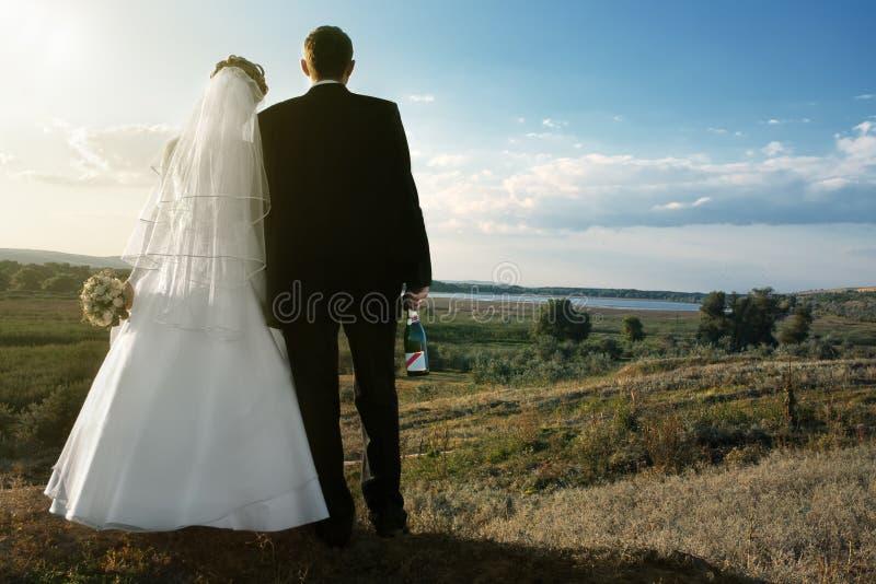 Newlyweds all'aperto all'alba immagine stock libera da diritti