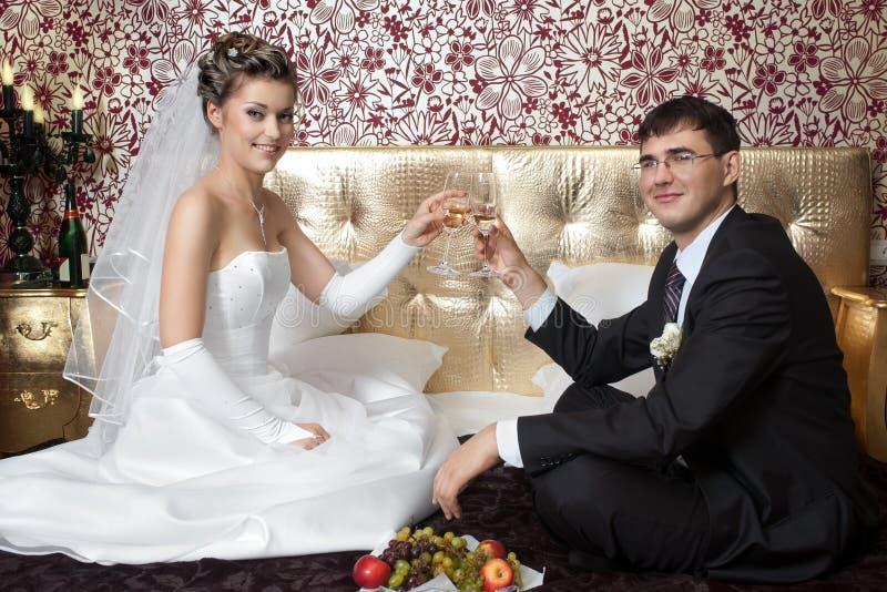 Newlyweds in camera da letto fotografie stock