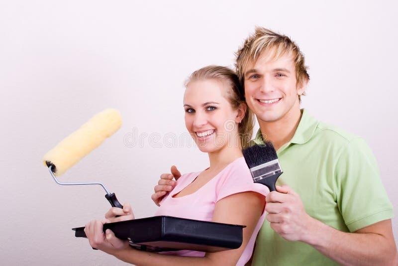 Newlyweds che verniciano a casa fotografia stock libera da diritti