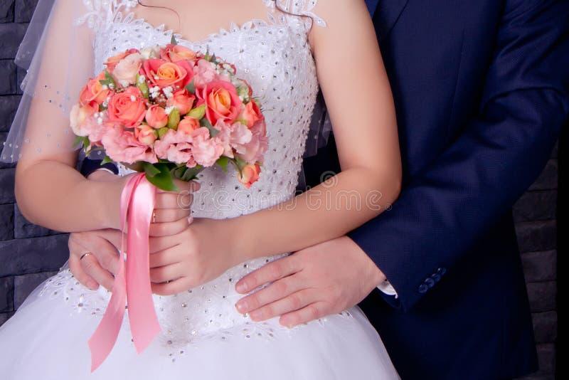 newlyweds de echtgenoot omhelst zacht royalty-vrije stock afbeelding