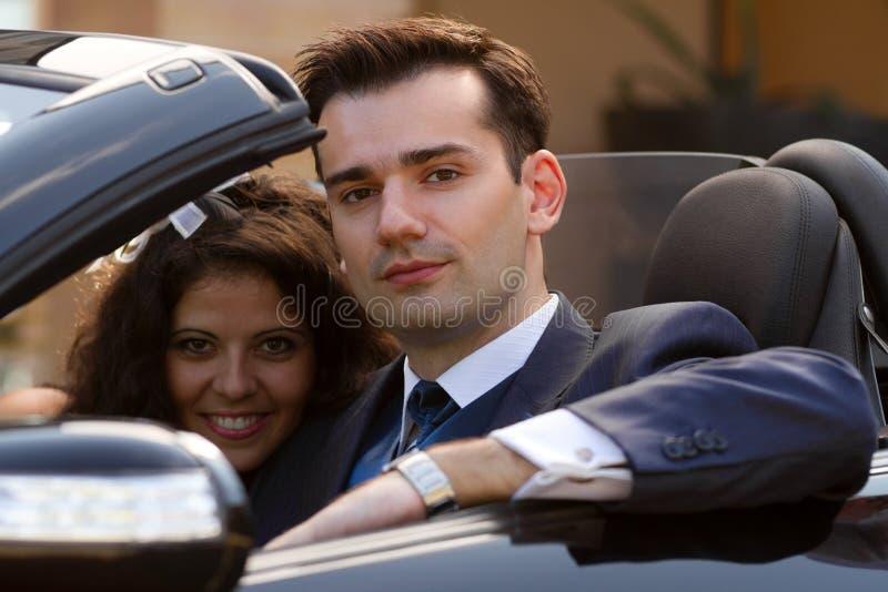 Newlyweds felizes no cabrio foto de stock