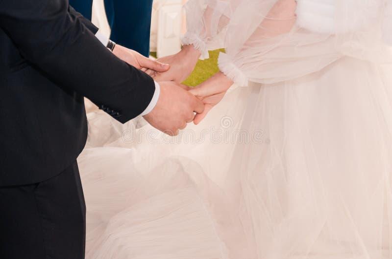 Newlyweds que prendem as m?os fotos de stock royalty free