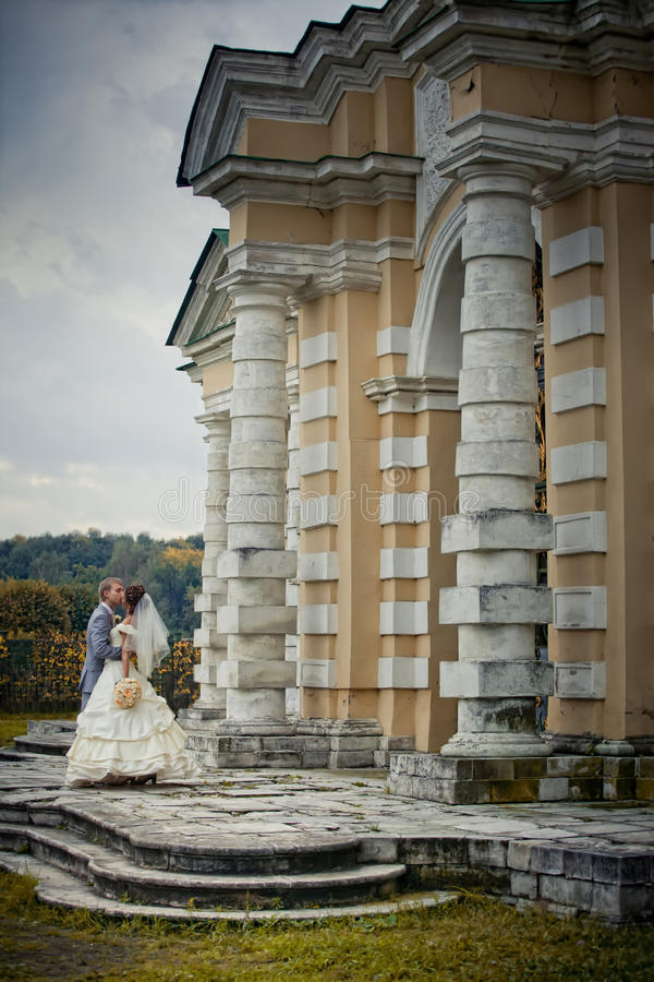 Newlyweds in una proprietà terriera fotografia stock