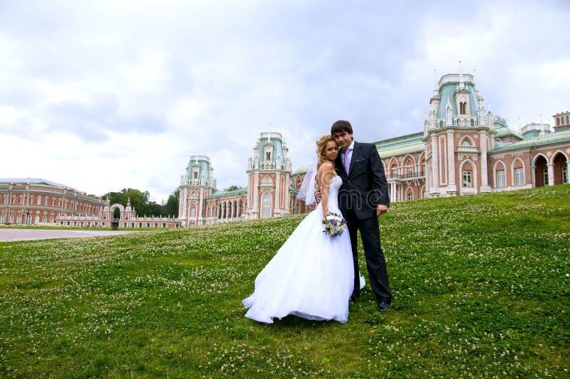Newlyweds in una sosta fotografia stock