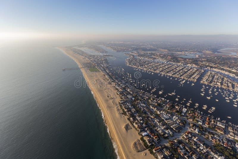Newport Beach z Popołudniową Pacyficzną mgły anteną obrazy stock