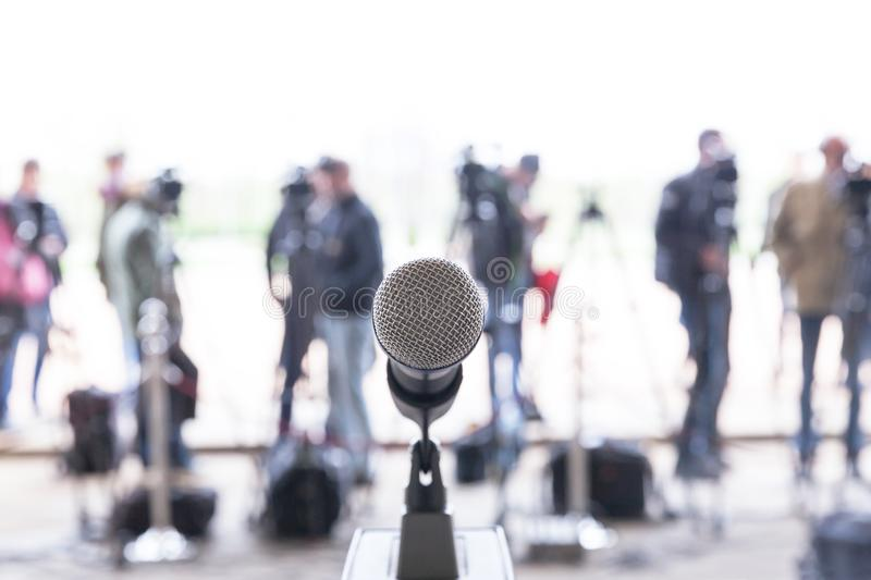 thumbs.dreamstime.com/b/news-press-conference-microphone-focus-against-blurred-camera-operators-reporters-144767839.jpg