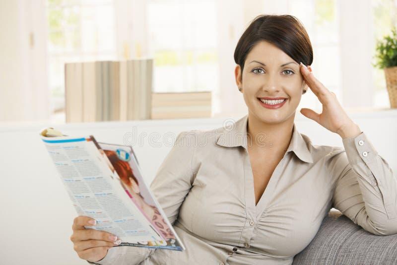 newspaper reading woman young royaltyfri bild