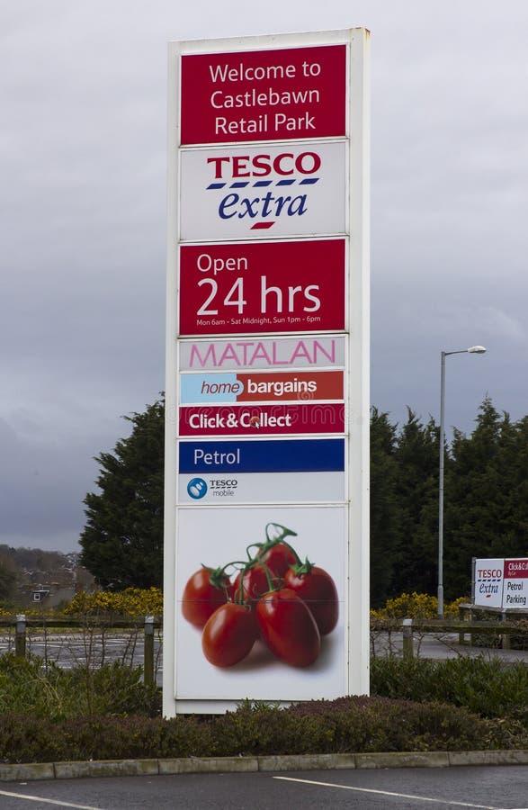 Newtownards okręgu administracyjnego puszek Irlandia Wielki Tesco Ekstra reklamowy znak przy wejściem nowożytny Castlebawn handlu fotografia royalty free