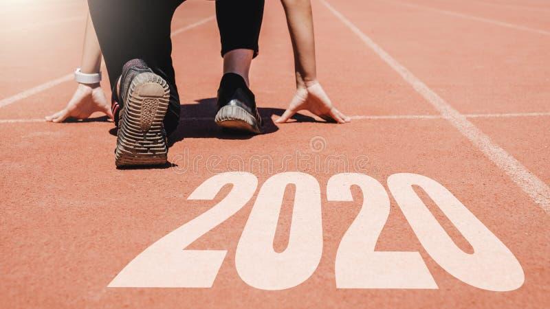 2020 Newyear, Athlet Woman, das auf Linie f?r den Anfang l?uft mit Nr. 2020 Anfang zum neuen Jahr beginnt lizenzfreie stockbilder