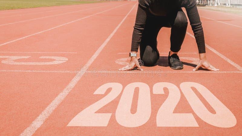 2020 Newyear, Athlet Woman, das auf Linie f?r den Anfang l?uft mit Nr. 2020 Anfang zum neuen Jahr beginnt lizenzfreie stockfotos