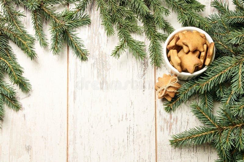 Newyear Biscotti deliziosi dello zenzero Ramo dell'abete Fondo leggero fotografia stock libera da diritti