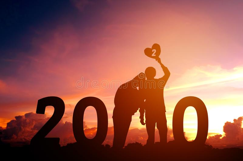 2020 Newyear-Silhouet jong paar Gelukkig voor romantisch nieuw jaarconcept royalty-vrije stock afbeeldingen