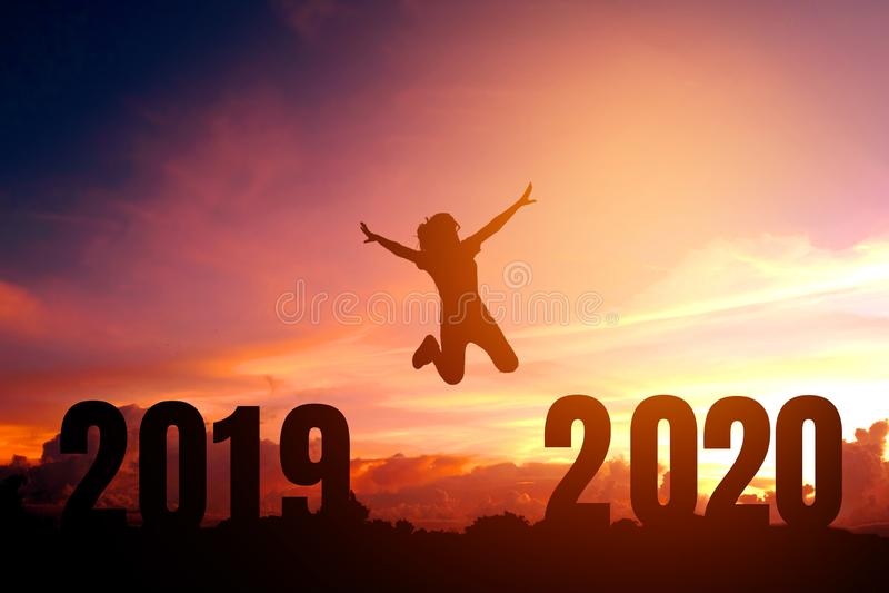 2020 Newyear-Silhouet jonge vrouw die aan Gelukkig nieuw jaarconcept springen royalty-vrije illustratie