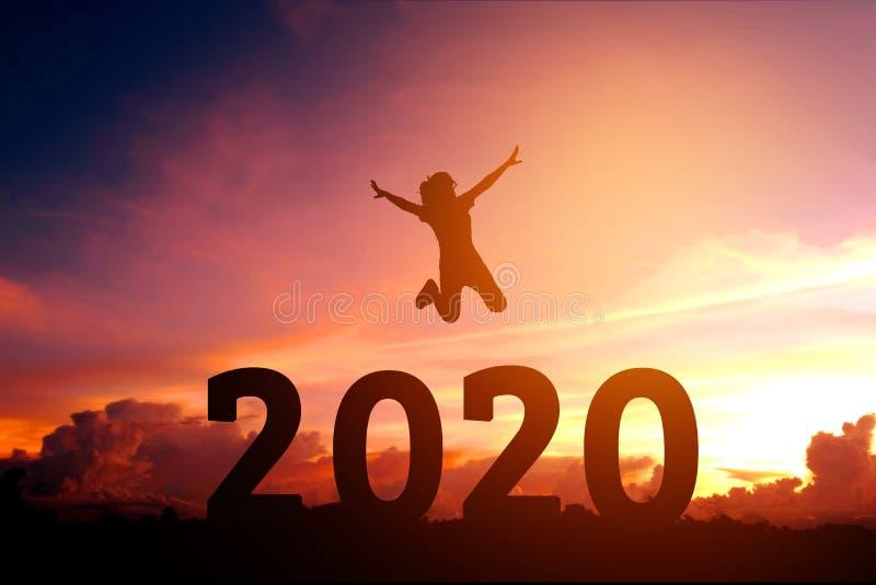 Newyear 2020 silhouettieren die junge Frau, die zum guten Rutsch ins Neue Jahr-Konzept springt lizenzfreies stockbild