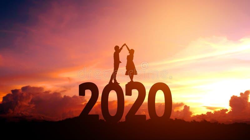 Newyear 2020 silhouettieren die jungen Paare, die f?r romantisches Konzept des neuen Jahres gl?cklich sind lizenzfreie stockbilder