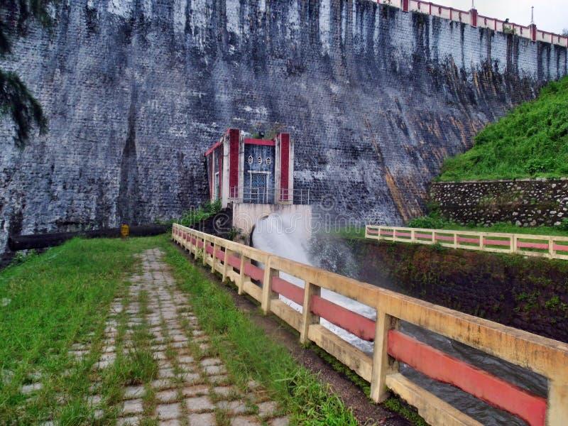 Neyyar水坝在溢洪道附近的步行方式 库存照片