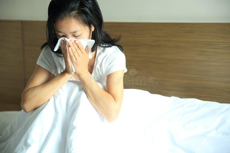 Nez d'éternuement de femme de toux images libres de droits