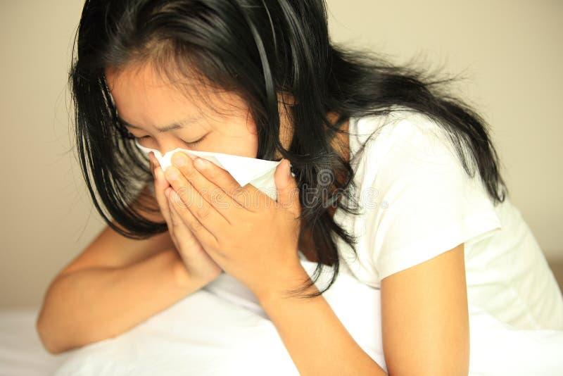 Nez d'éternuement de femme de toux images stock