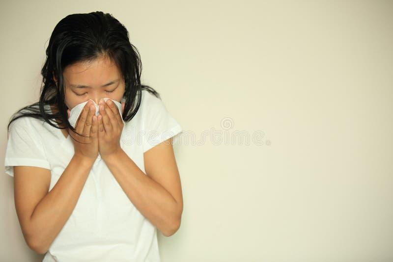 Nez d'éternuement de femme de toux photographie stock libre de droits