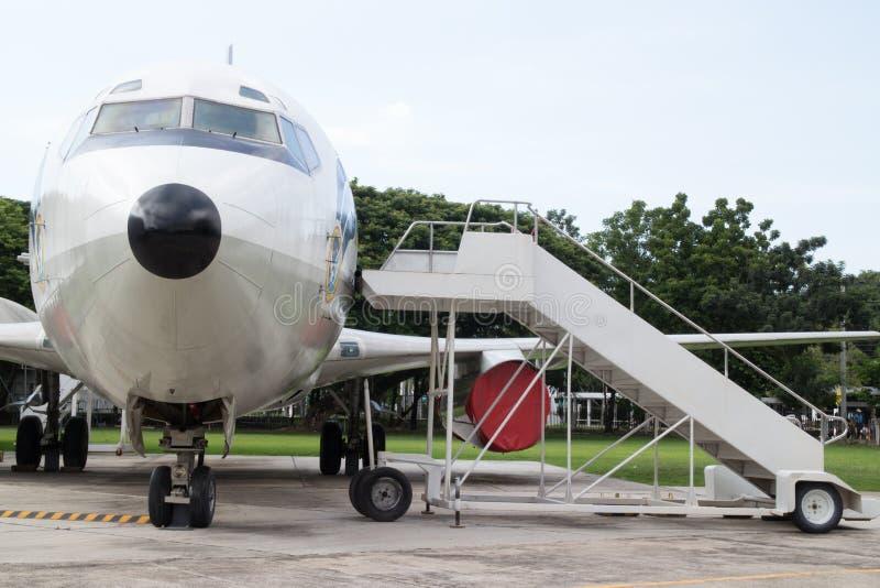 Nez d'avion avec des escaliers de passager photo stock