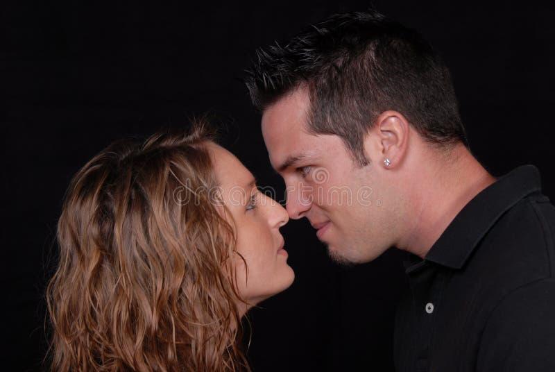 Nez de couples de polémique à flairer. image stock