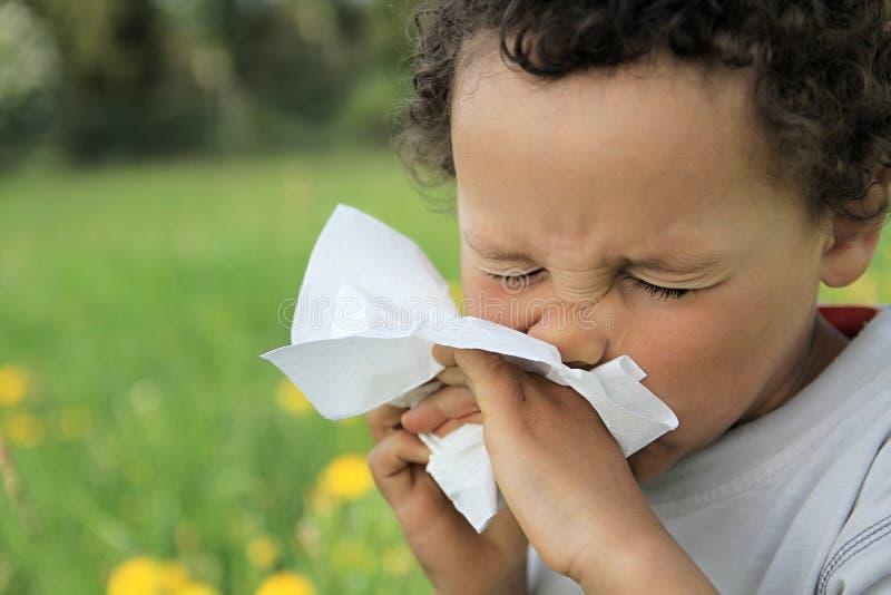 Nez de soufflement d'enfant photo stock